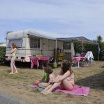 Campingplatz Frankreich Normandie, Famille sur emplacement caravane